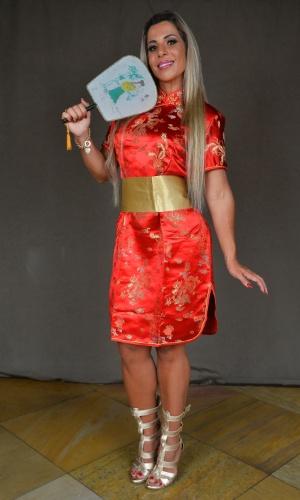 """O quimono custa R$ 99,00 reais, mas vale a pena investir nos complementos como a faixa no valor de R$ 10,00 e na ventarola japonesa de R$ 20,00. Quem quiser pode usar um leque e ainda colocar uma flor na cabeça. """"É uma fantasia de classe"""", comentou a musa"""