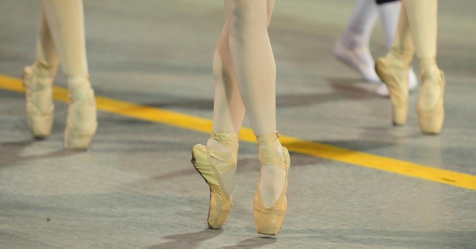 6.fev.2016 - Detalhe do pé de bailarinas no desfile da Nenê de Vila Matilde que homenageou Cláudia Raia
