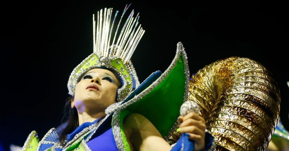 7.fev.2016 - Foliona desfila vestida de extraterrestre pelo Império de Casa Verde, segunda escola a entrar no Anhembi na madrugada deste domingo