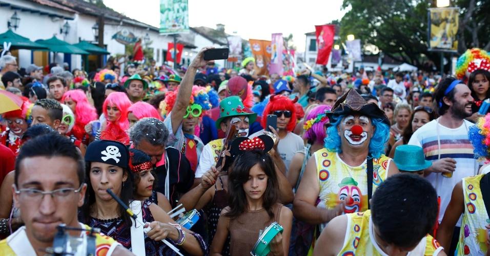 8.fev.2016 - Com animação de circo, foliões percorreram o centro histórico de Tiradentes (MG) atrás do bloco Palhaçada