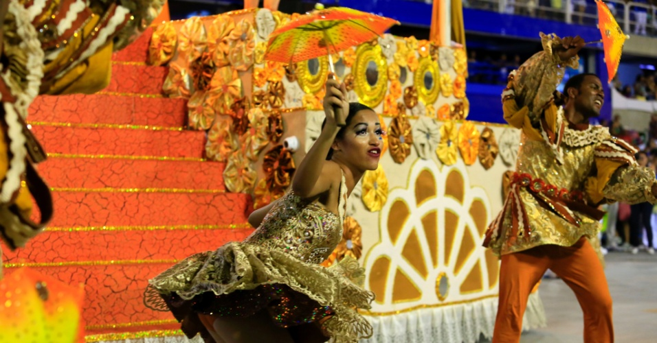8.fev.2016 - Desfile da Vila Isabel lembra o maracatu e o frevo, tanto na música como nas fantasias