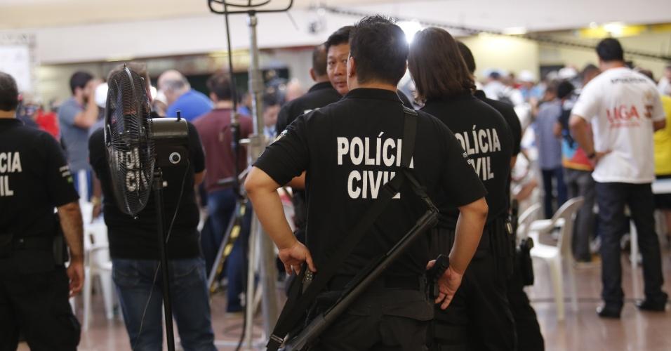 09.fev.2016 - A polícia civil acompanha a apuração das notas dos jurados das escolas de samba do Grupo Especial de São Paulo