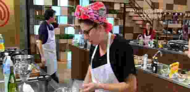 """Paula prepara arroz com café na prova da cesta básica no """"MasterChef"""" - Reprodução/Band"""