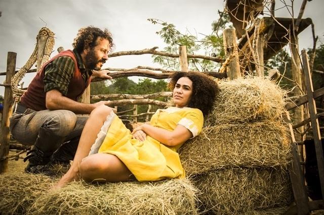 Cícero (Marcos Palmeira) fala pra Dalva (Mariene de Castro) que quer esquecer o passado e ficar com ela