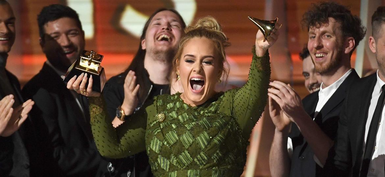 Resultado de imagem para foto Adele foi a rainha do Grammy!