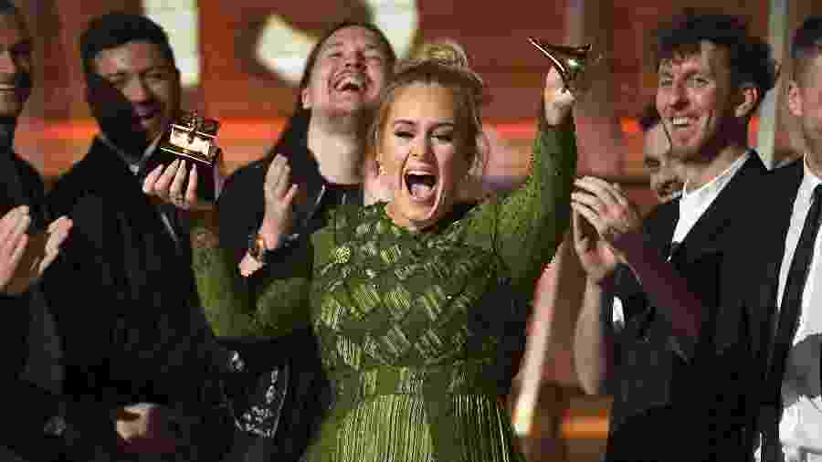 Adele comemora prêmio de álbum do ano no Grammy Awards 2017, em Los Angeles - Getty Images