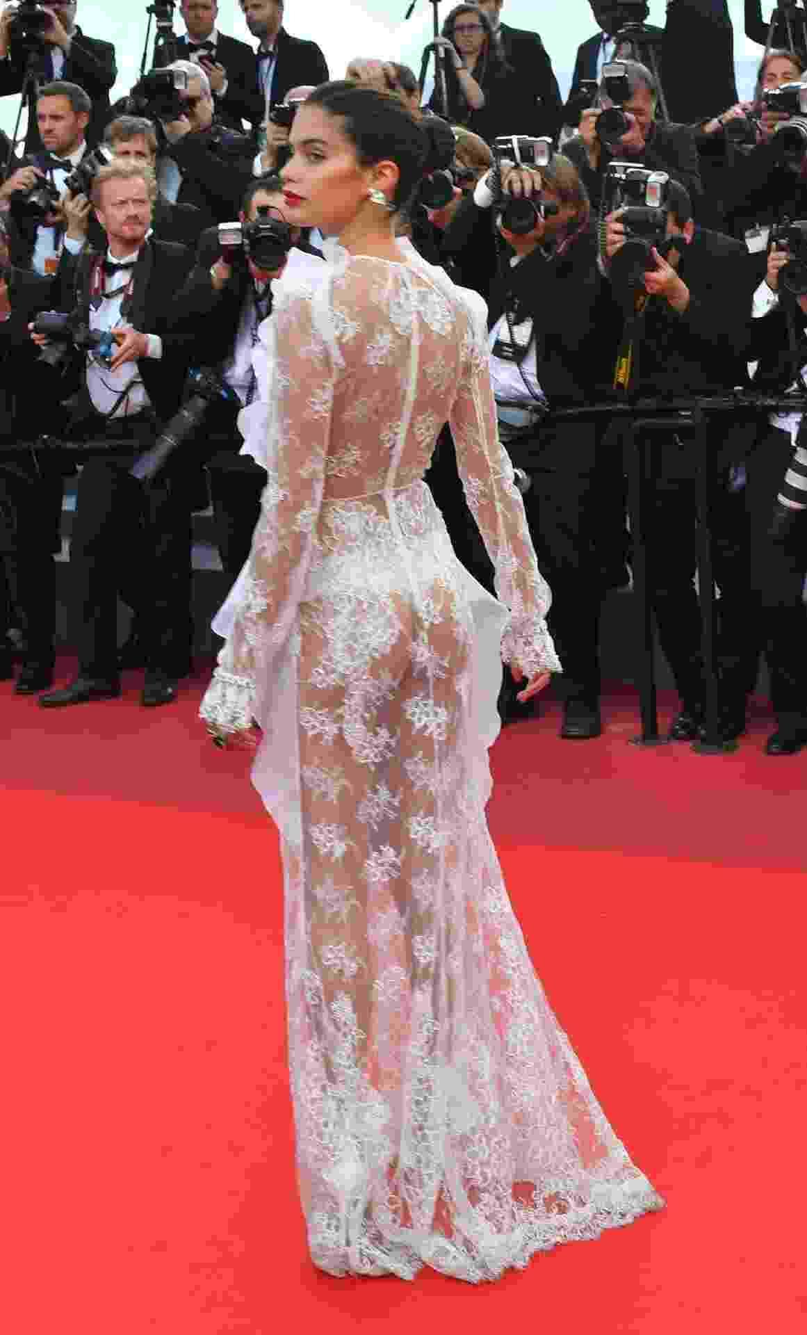 A modelo portuguesa Sara Sampaio desfilou um modelito longo rendado no tapete vermelho de Cannes - Loic Venance/AFP