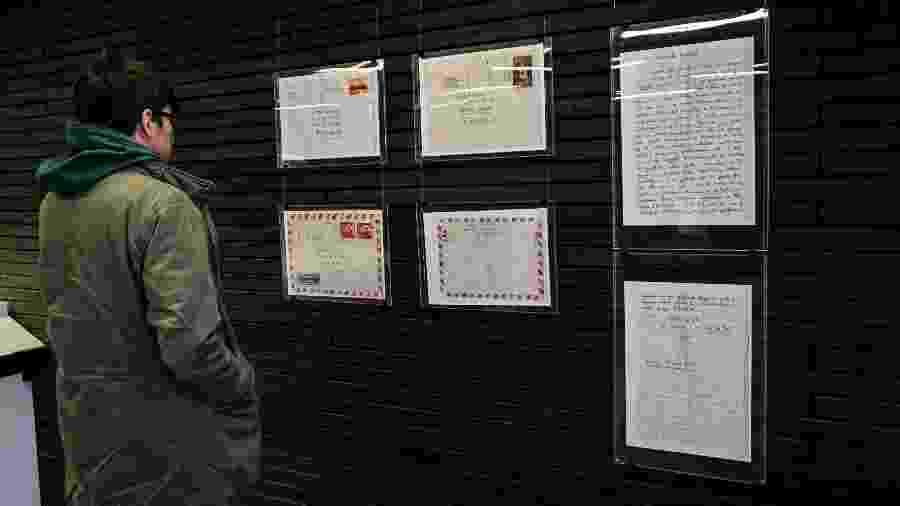 Visitante lê as cartas escritas por Roberto Bolaño expostas em Santiago, no Chile - Martin Bernetti/AFP