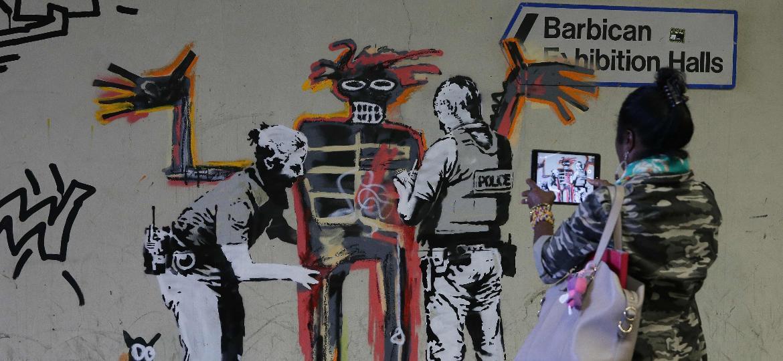 Obra do grafiteiro Banksy homenageia Jean-Michel Basquiat nas proximidades de uma exposição do artista norte-americano em Londres - Daniel Leal-Olivas/AFP Photo