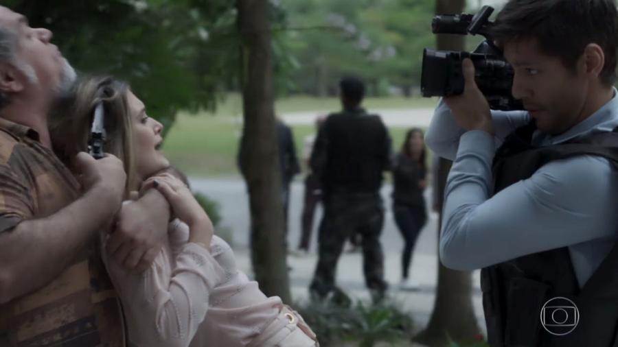 """Simone vira refém de homem que cobrava dívida de sua mãe, Silvana, no último capítulo de """"A Força do Querer"""" - Reprodução/TV Globo"""