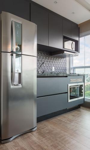 12 m². Em vez de manter a cozinha mínima entregue pela construtora, as profissionais da Spaço Interior a transferiram para a varanda. Além de ganhar um ambiente mais confortável, é possível preparar o cardápio curtindo a vista.