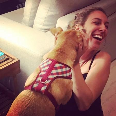 Natasha Dantas, namorada de William Bonner, brinca com cachorra do jornalista - Reprodução/Instagram