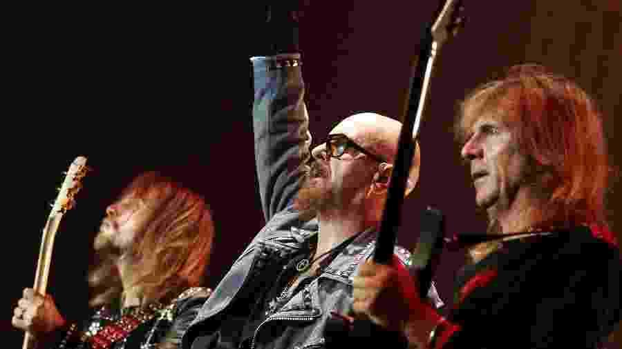 Guitarrista Glenn Tipton (d) ao lado do vocalista Rob Halford (c) em show do Judas Priest na Polônia - EFE/Andrzej Grygiel