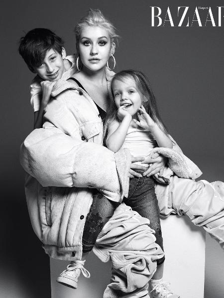 """Christina Aguilera com os filhos - Reprodução/Harper""""s Bazaar"""