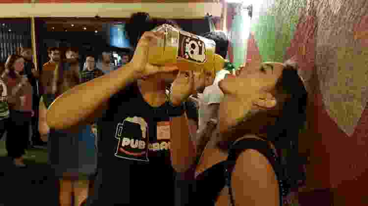 """No """"esquenta"""" do """"pub crawl"""", participantes dão goladas em bebida alcoólica de maracujá - Marcel Vincenti/UOL"""