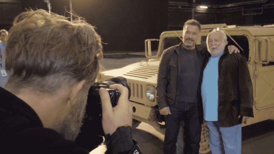 """Arnold Schwarzenegger com Andy Vajna no set de """"Exterminador do Futuro 6"""" - Reprodução/YouTube"""