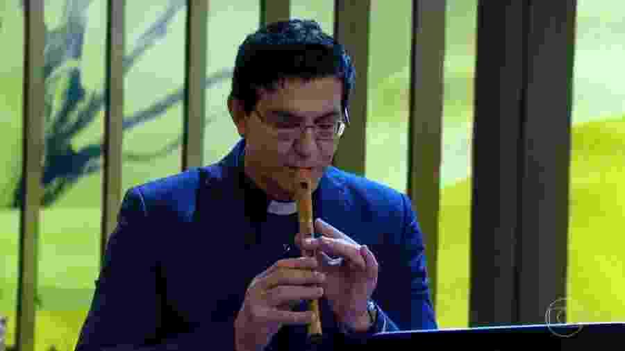 """Padre Reginaldo Manzotti tocou flauta no """"Conversa com Bial"""" - Reprodução/TV Globo"""