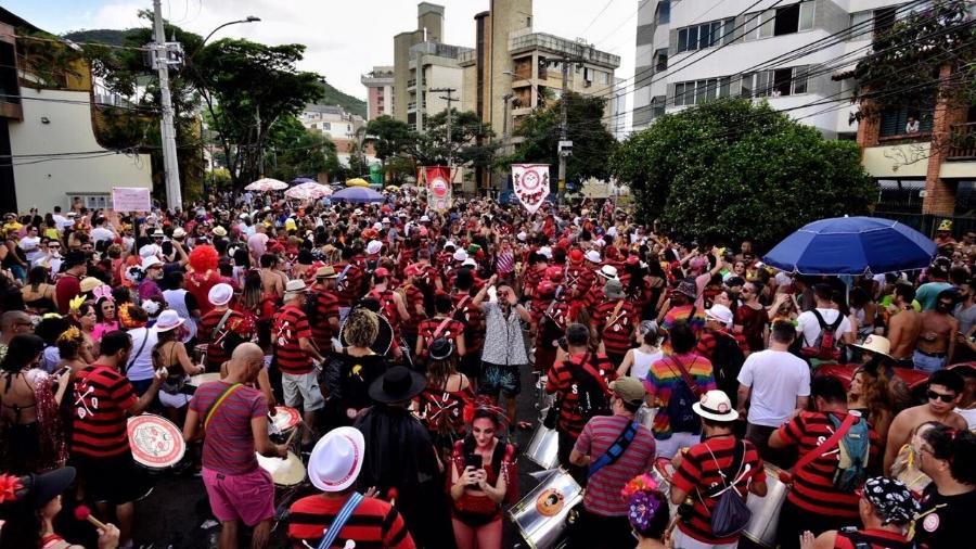 Milhares de foliões acompanham o bloco Unidos do Samba Queixinho, em Belo Horizonte - Nereu Jr/UOL