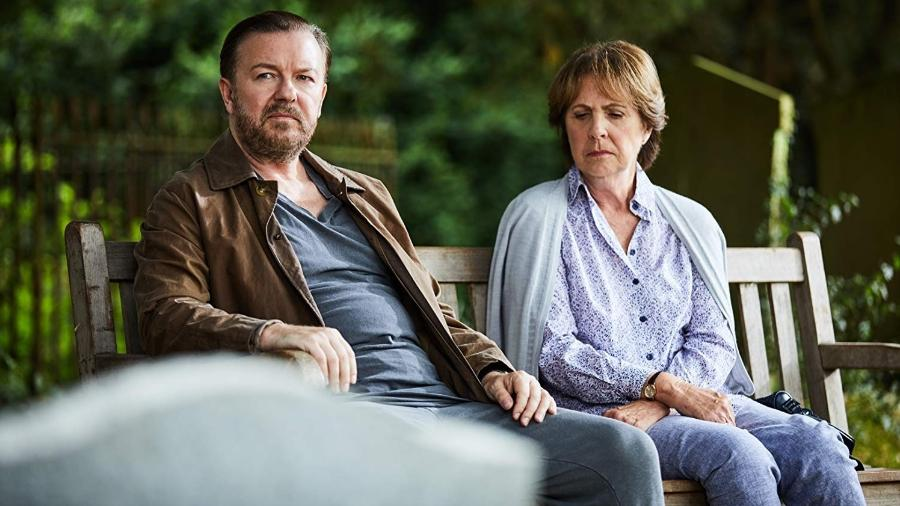 """Ricky Gervais em cena da série """"After Life"""", da Netflix - Divulgação"""