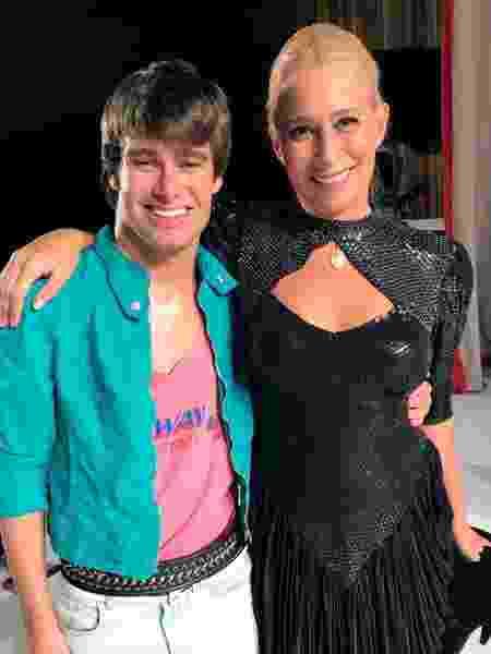 """Lucca Eberhardt e Andréa Beltrão nos bastidores do filme """"Hebe"""" - Talentmix"""