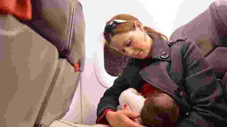 A companhia aérea holandesa KLM afirma ter como política pedir às mães que se cubram para amamentar a bordo caso outros passageiros reclamem - Getty Images