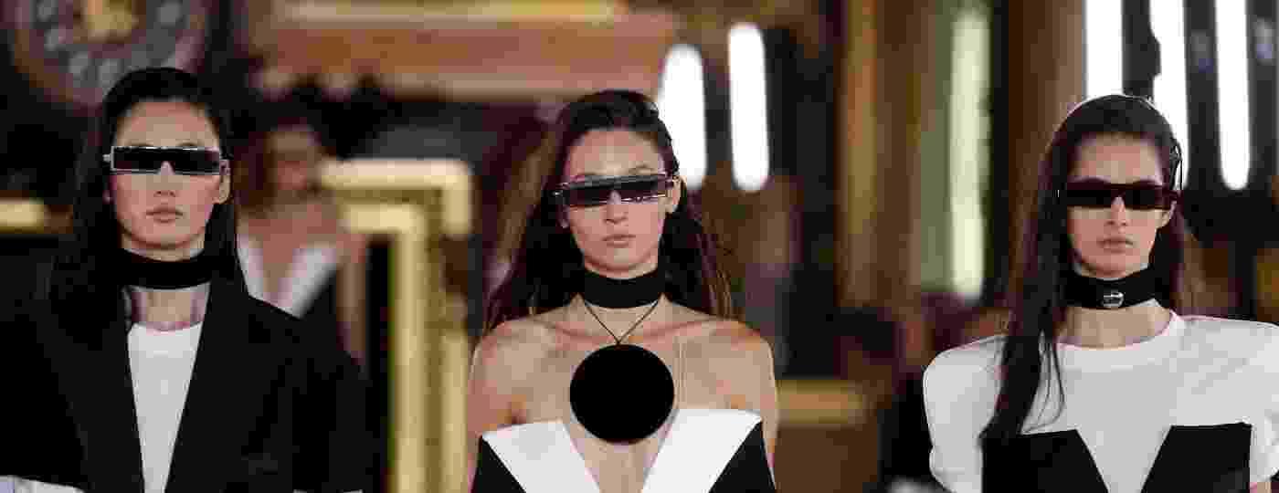 Modelos desfilam óculos de sol retangular para a Balmain durante a Semana de Moda de Paris - François Guillot/AFP