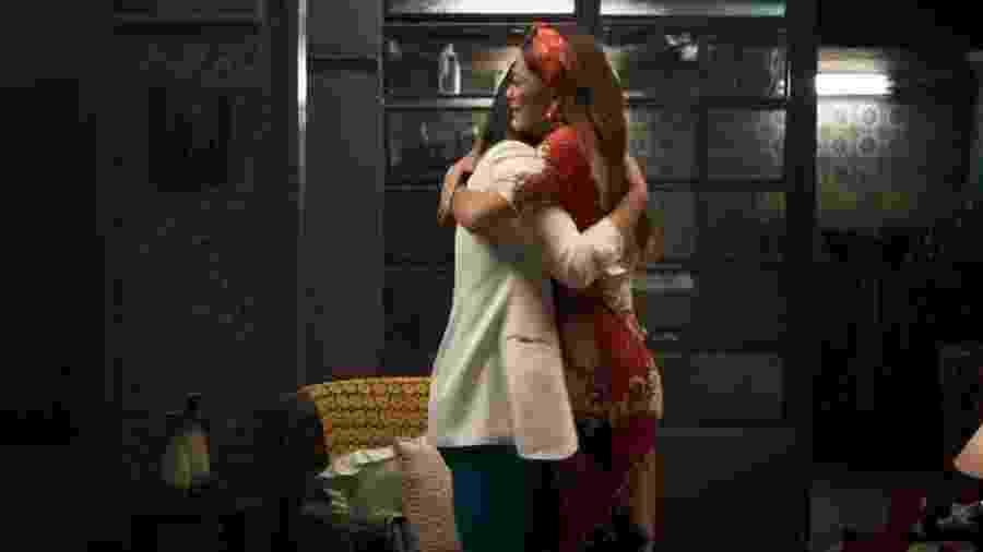 Vivi (Paolla Oliveira) e Maria da Paz (Juliana Paes) se abraçam ao descobrirem que são parentes  - TV Globo