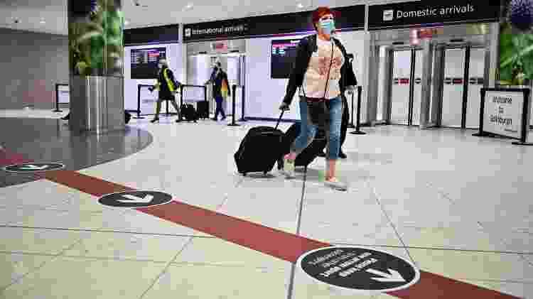 Passageiros circulam pelo terminal de chegadas do aeroporto de Edimburgo, na Escócia - Getty Images - Getty Images
