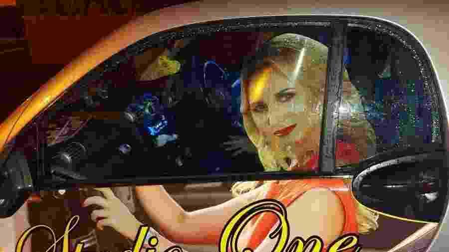 Após a remoção da parte que ficava nos vidros do veículo, o homem foi liberado pelos oficiais - Reprodução/Twitter/RoadPolicing
