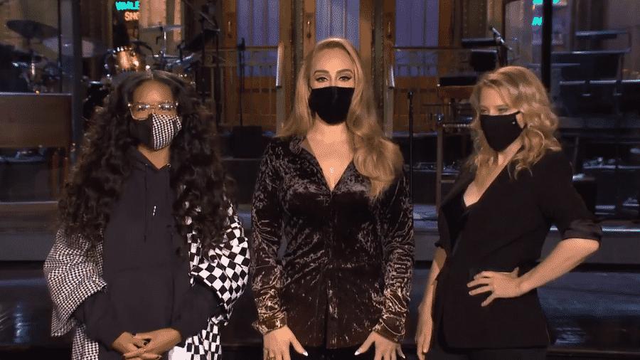 """Adele (no centro) apresenta o """"Saturday Night Live"""" deste sábado - Reprodução/Twitter"""