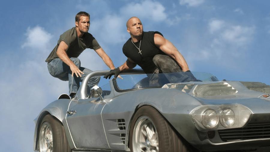 """Paul Walker e Vin Diesel em cena de """"Velozes e Furiosos 5 - Operação Rio"""" - Reprodução"""