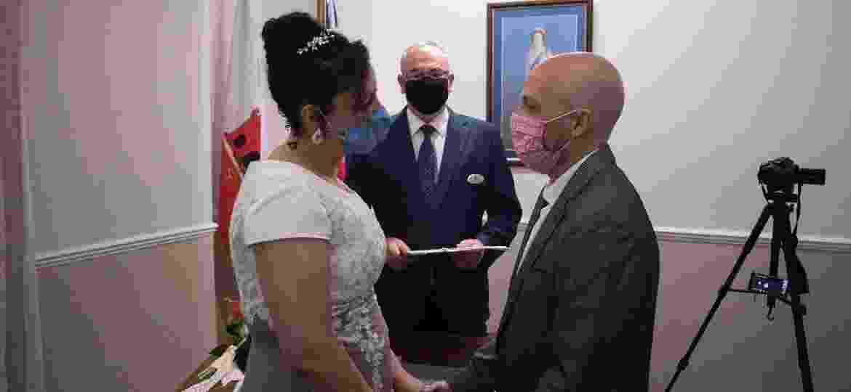 Os brasileiros Natalia Senna Alves de Lima e Bruno Miani se casam em Gibraltar - Reprodução