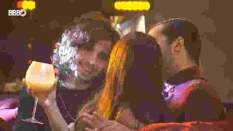 BBB 21: Fiuk, Juliette e Gilberto conversam durante festa - Reprodução/Globoplay - Reprodução/Globoplay