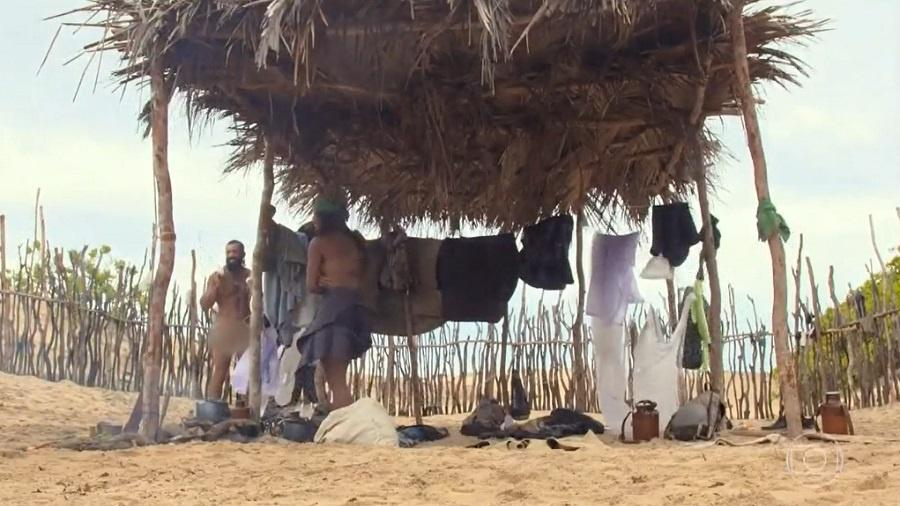 No Limite: Kaysar fica nu em frente aos colegas da tribo calango - Reprodução/Rede Globo