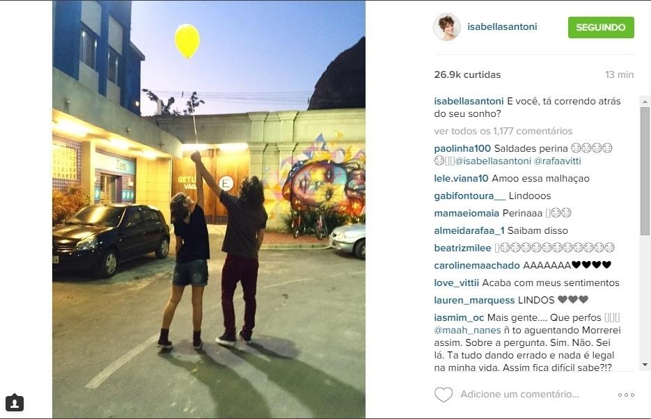 """14.ago.2015 - Isabella Santoni posou com Rafael Vitti no último dia de 'Malhação' e publicou a imagem no Instagram: """"E você, tá correndo atrás do seu sonho?"""", escreveu na legenda"""