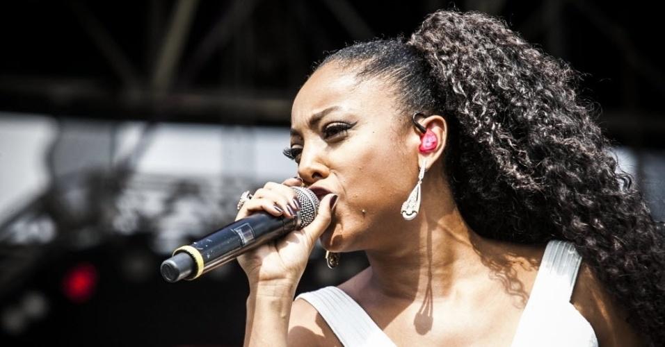 28.nov.2015 - Negra Li, convidada de Thaeme e Thiago, se apresenta no palco Pop do festival Brahma Valley, no Jockey Club de São Paulo.