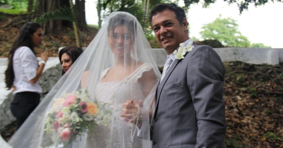 6.dez.2015 - A noiva Sophie Charlotte já ao lado do pai, José Mario da Silva, que foi maquiador e decorador da cerimônia