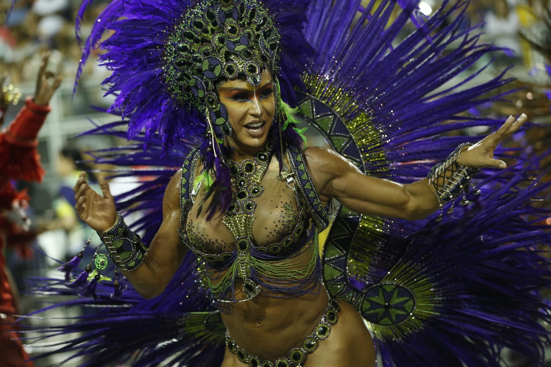 7.fev.2016 - Gracyanne Barbosa, rainha de bateria da X-9 Paulistana, samba na avenida. A escola encerra os desfiles do Grupo Especial do Carnaval de São Paulo