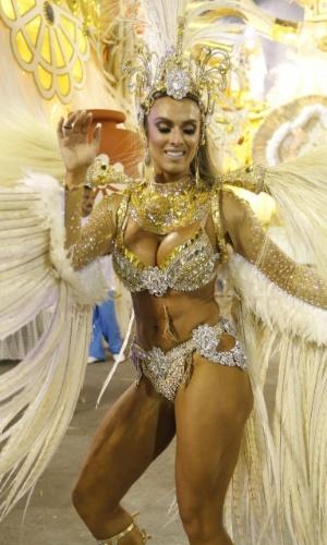 """8.fev.2016 - Nicole Bahls usa fantasia branca e dourada no desfile da Vila Isabel na Sapucaí. Samba-enredo traz o tema """"Memórias do Pai Arraia - Um Sonho Pernambucano, um Legado Brasileiro"""""""