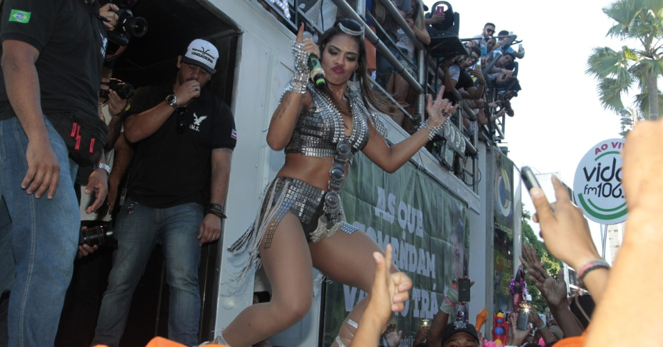 """8.fev.2016 - Pela primeira vez no Carnaval de Salvador, Tays Reis leva os foliões à loucura com """"Paredão Metralhadora"""""""