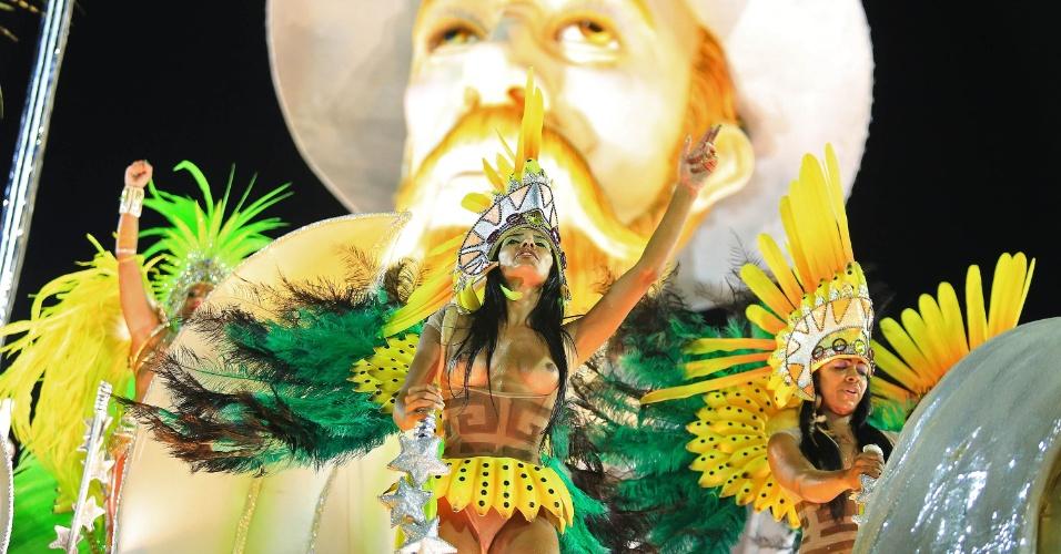 8.fev.2016 - Destaque de carro alegórico da Mocidade Independente de Padre Miguel que representa o tempo do Brasil Colônia