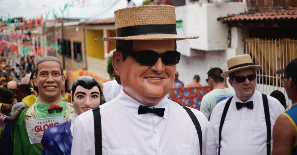 9.fev.2016 - Ney Araújo sai com boneco igual a ele há 7 anos em Olinda