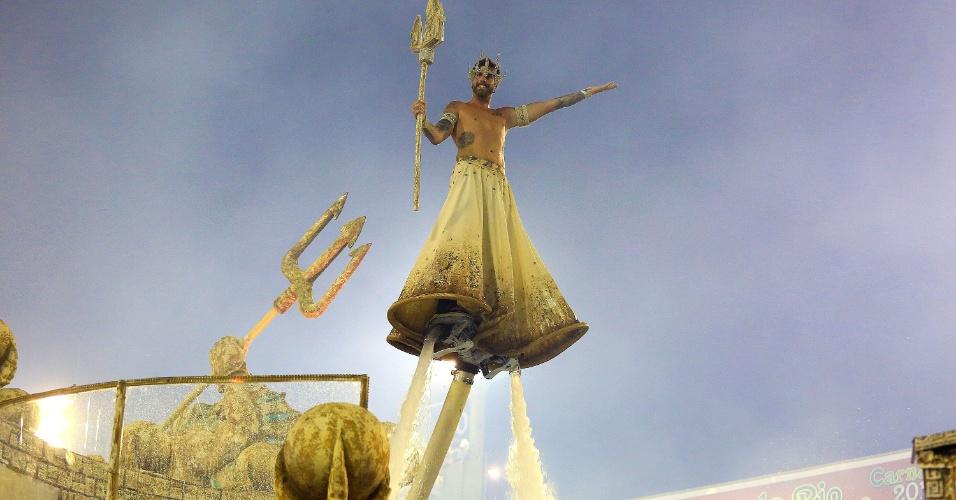 9.fev.2016 - Comissão de frente da Portela trouxe um elemento alegórico com 30 toneladas de água em um tanque, onde Netuno (representado por Claudio Mattos) flutuava sobre jatos de água.