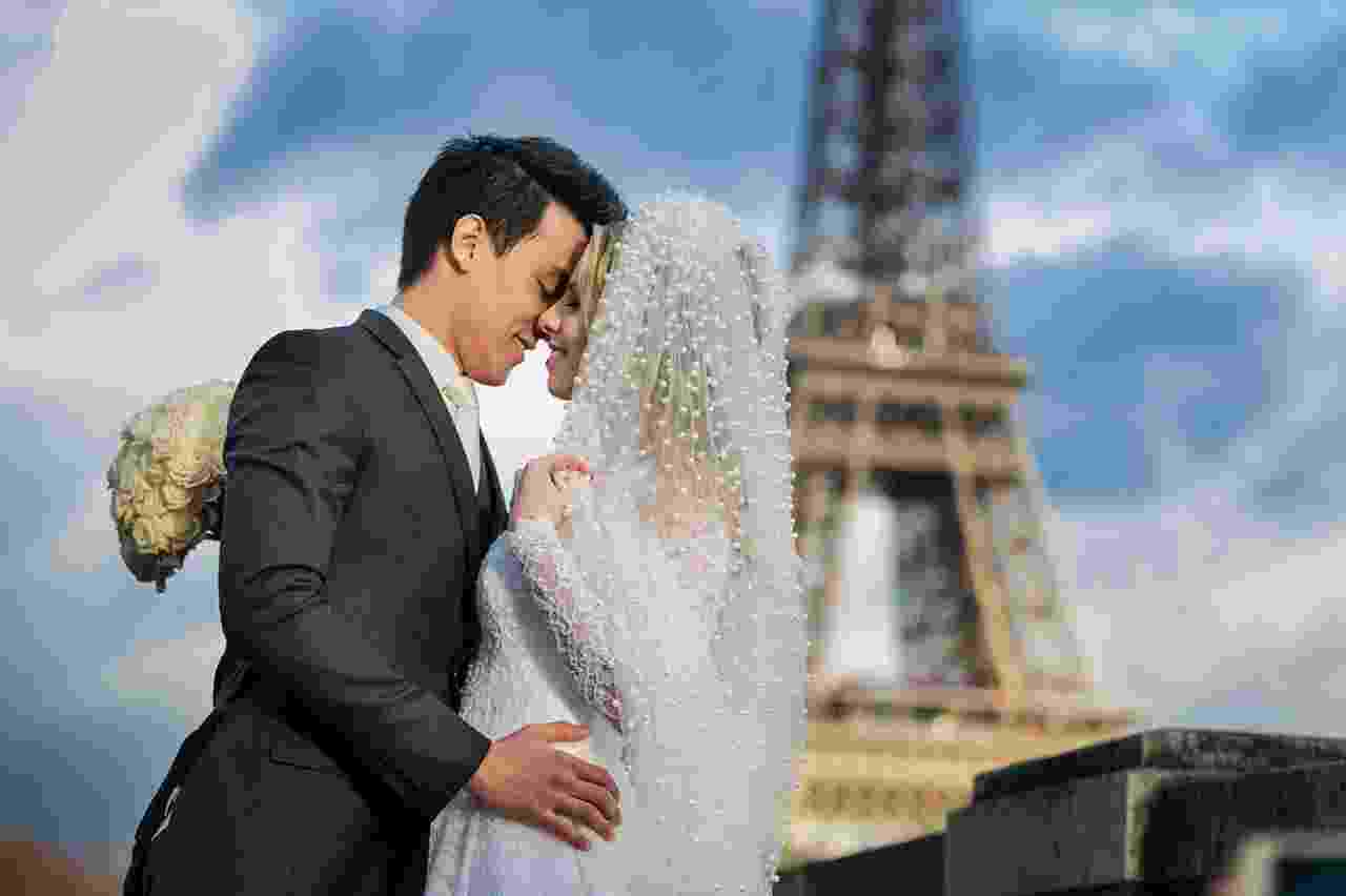 Moradora de Bauru (SP), a designer de bolos Déborah Franciscato Yuhara se casou com o namorado, Jonas, em uma cerimônia em Paris, na França - Gabi Alves Photography/Divulgação