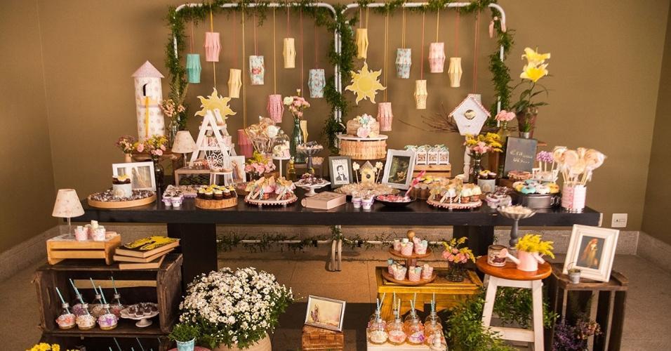 Festa de cinco anos inspirada em Rapunzel, mesa principal