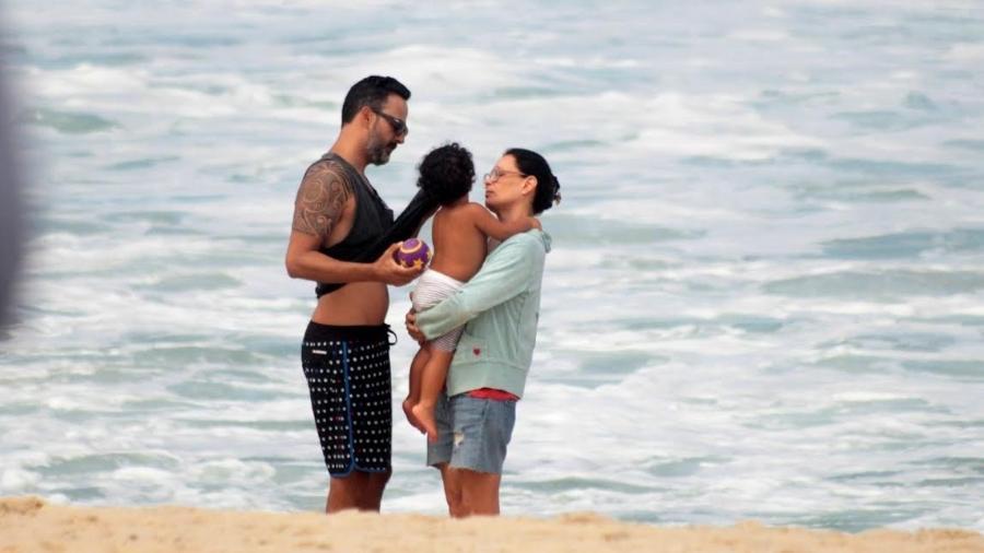 Carolina Ferraz curte feriado em família na praia do Leblon, na zona sul do Rio - J.C Pereira/Ag.News