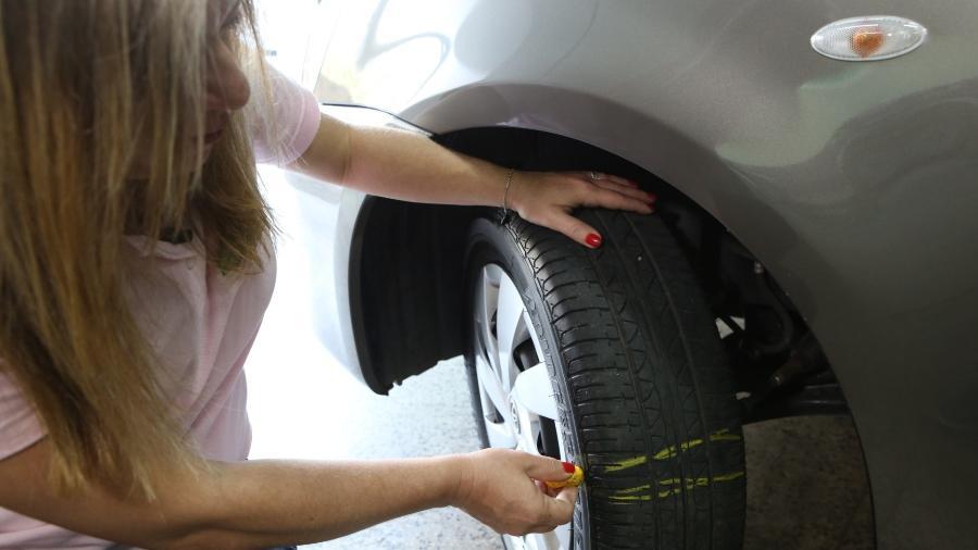 Motorista precisa ficar atento ao desgaste e prestar atenção nas marcas que o pneu tem para detectar quando há necessidade de troca - Monalisa Lins/BOL