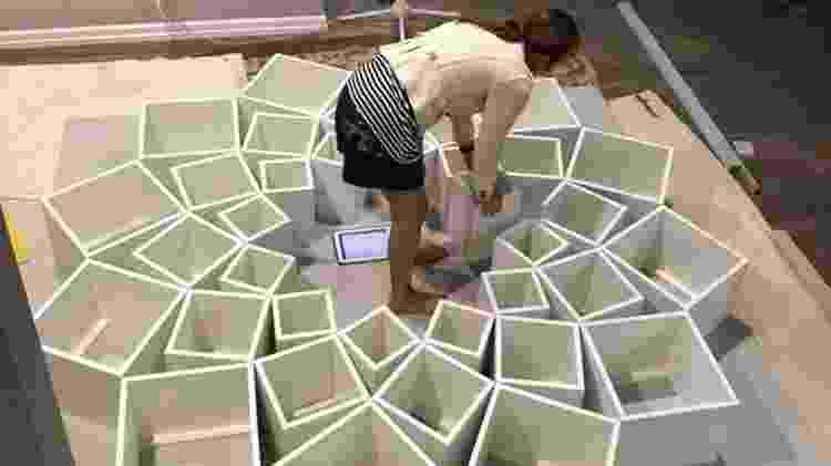 Jessica monta os blocos da estante - Reprodução/Facebook - Reprodução/Facebook