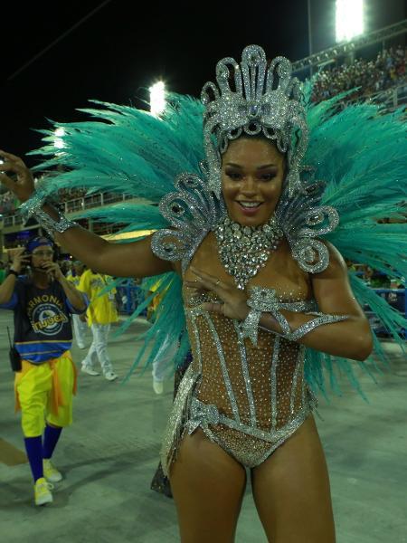 """Juliana Alves arrasa ao """"riscar a avenida"""" como rainha da Unidos da Tijuca - Juliana Alves é a rainha de bateria da Unidos da Tijuca"""