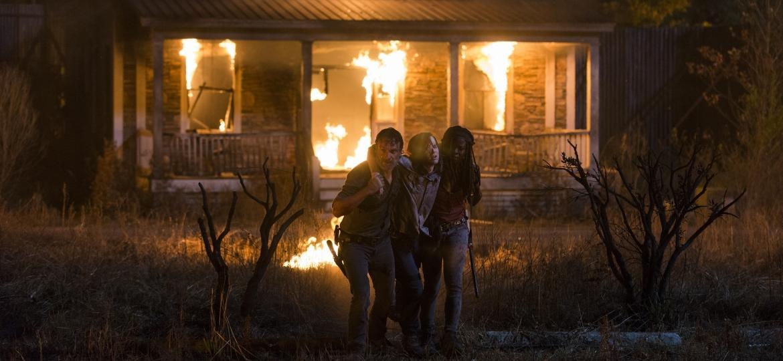 """Rick (Andrew Lincoln) e Michonne (Danai Gurira) seguram Carl (Chandler Riggs) em cena do nono episódio da oitava temporada de """"The Walking Dead"""" - Divulgação"""